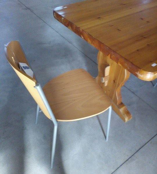 Tavolo in legno chiaro con 4 sedie ovali for Tavolo rotondo legno chiaro